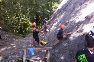 l'arrampicata è un gioco di squadra: chi fa sicura e chi arrampica sono uno nelle mani degli altri, e si lavora sincronizzati.