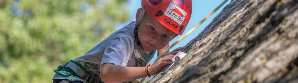 bimbo che scala al sasso